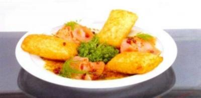 Kartoffeltaschen mit Räucherlachs, rosa Pfeffer und Honig-Senfsauce - Rezept