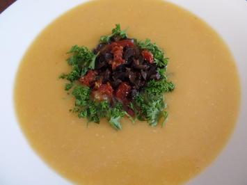 Rezept: Kartoffel-Käse-Suppe mit Tomaten und Oliven on Top