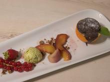 Orangen-Schokoladenkuchen, Pistazieneis und Früchtevariation - Rezept - Bild Nr. 2