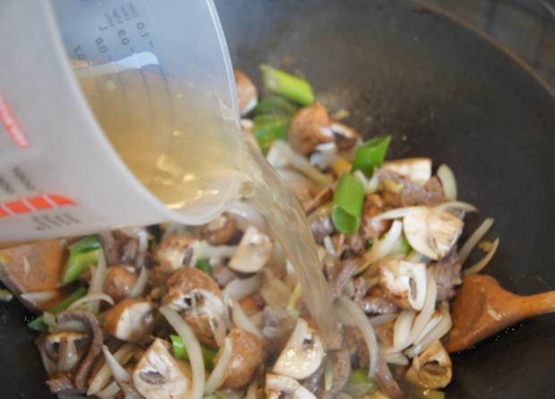 Rindfleisch mit Champignons und Zwiebeln in Austersauce mit Basmatireis - Rezept - Bild Nr. 3832