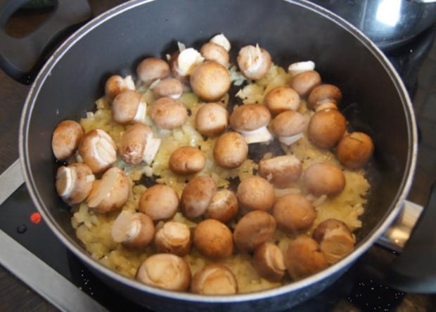 Wiener-Schnitzel vom Schwein mit Rahm-Knoblauch-Champignons und Rosmarinkartoffeln - Rezept - Bild Nr. 3991