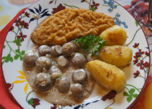 Wiener-Schnitzel vom Schwein mit Rahm-Knoblauch-Champignons und Rosmarinkartoffeln - Rezept - Bild Nr. 3993