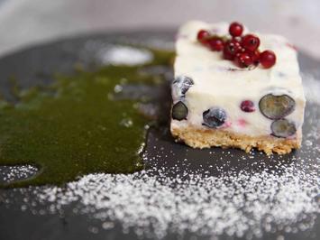 Rezept: Weiße-Schokolade-Ricotta-Törtchen mit Beeren und Minzpesto