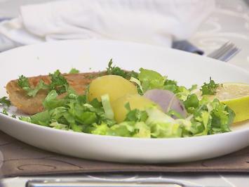 Rezept: Fränkisches Karpfenfilet in Bierteig mit Bouillonkartoffeln im Endiviennest