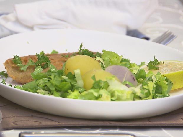 Fränkisches Karpfenfilet in Bierteig mit Bouillonkartoffeln im Endiviennest - Rezept - Bild Nr. 2