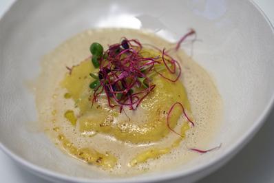 Gefüllte Ravioli mit Garnelen und Mangold auf Thailändische Tom  Ka Gai Suppe Foam - Rezept - Bild Nr. 4324