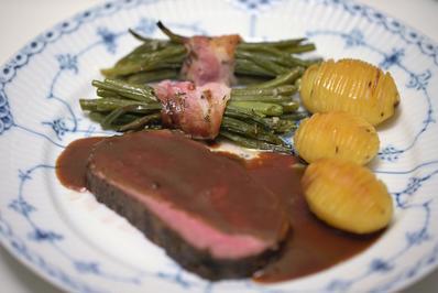 Roastbeef mit Rotweinsauce, grünen Bohnen im Speckmantel und Hasselbachkartoffeln - Rezept - Bild Nr. 2