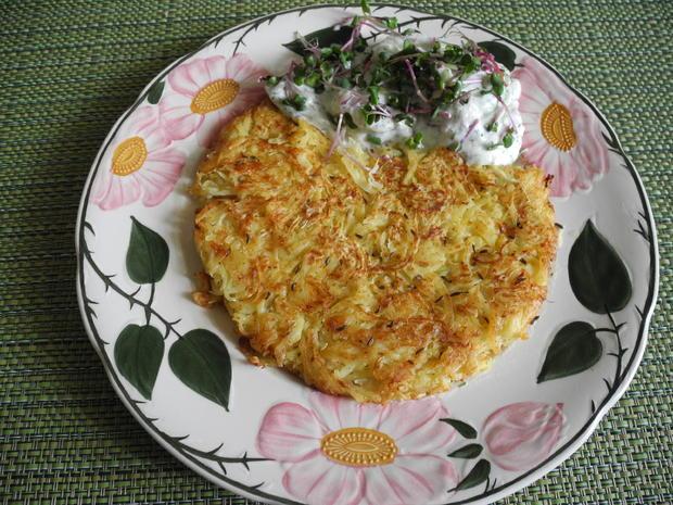 Kartoffel - Sauerkraut - Puffer mit Joghurt - Gurken - Salat - Rezept - Bild Nr. 4424
