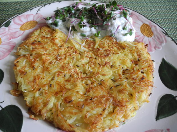 Kartoffel - Sauerkraut - Puffer mit Joghurt - Gurken - Salat - Rezept - Bild Nr. 4425