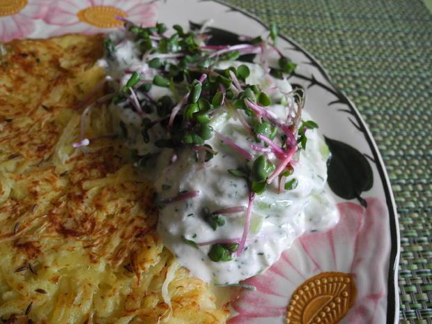 Kartoffel - Sauerkraut - Puffer mit Joghurt - Gurken - Salat - Rezept - Bild Nr. 4426