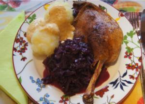 Gänsekeule mit Gemüse-Rahm-Sauce, Knödel und Ananas-Apfel-Rotkohl - Rezept - Bild Nr. 4474