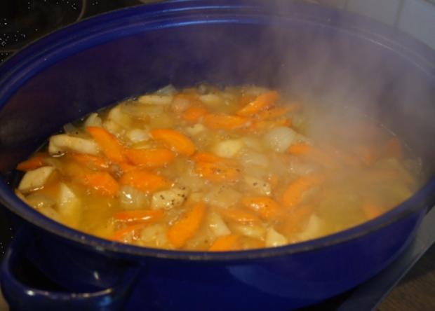 Gänsekeule mit Gemüse-Rahm-Sauce, Knödel und Ananas-Apfel-Rotkohl - Rezept - Bild Nr. 4485