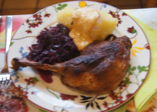 Gänsekeule mit Gemüse-Rahm-Sauce, Knödel und Ananas-Apfel-Rotkohl - Rezept - Bild Nr. 4487