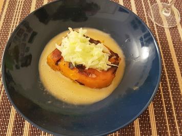Rezept: Geschmorte Kürbisschnitte mit Fenchel-Apfelsalat und Rooibusch-Beurre-Blanc