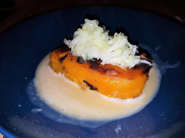 Geschmorte Kürbisschnitte mit Fenchel-Apfelsalat und Rooibusch-Beurre-Blanc - Rezept - Bild Nr. 4558