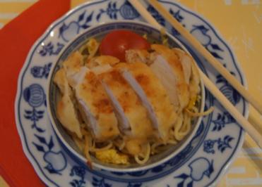 Gebratene Nudeln mit Ei, Gemüsestreifen und gebackenen Hähnchenbrustfilet - Rezept - Bild Nr. 4602