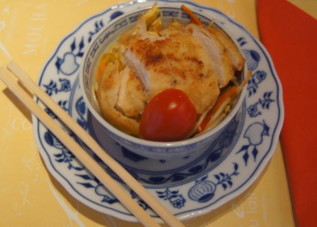 Gebratene Nudeln mit Ei, Gemüsestreifen und gebackenen Hähnchenbrustfilet - Rezept - Bild Nr. 4603