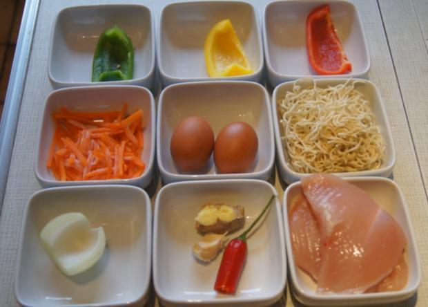 Gebratene Nudeln mit Ei, Gemüsestreifen und gebackenen Hähnchenbrustfilet - Rezept - Bild Nr. 4605