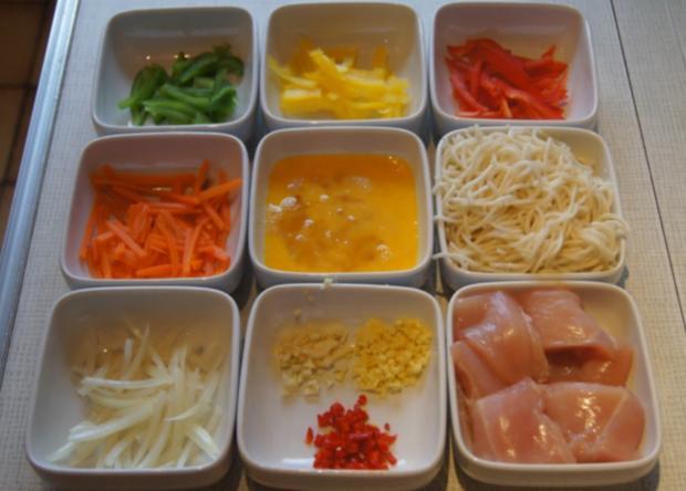 Gebratene Nudeln mit Ei, Gemüsestreifen und gebackenen Hähnchenbrustfilet - Rezept - Bild Nr. 4608