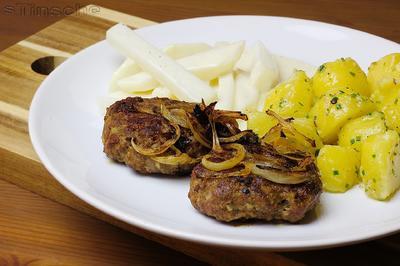 Rezept: Frikadellen mit Röstzwiebeln, Salzkartoffeln und Rahmkohlrabi