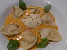 Cappellacci mit Ricotta-Parmesan-Füllung und Tomaten-Rahm-Soße - Rezept - Bild Nr. 4729