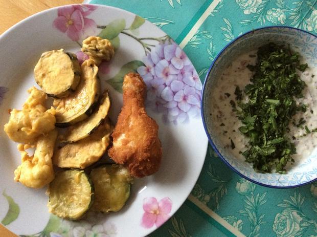 Gebackenes Gemüse (Pakora) und Hähnchen mit Joghurtdip (Raita ...