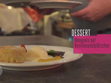 Mangoeis auf Vanilleplätzchen mit Schoko-Chilli-Soße und Früchten - Rezept - Bild Nr. 2