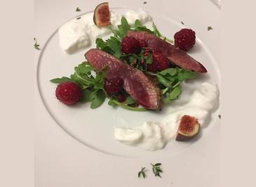 Rezept: Herbstlicher Salat mit Hirsch, Himbeeren und Burrata