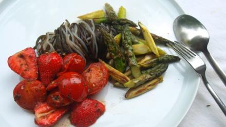 Kelp Noodles und Meeresspaghetti mit Tomaten-Erdbeer-Sugo - Rezept - Bild Nr. 5156