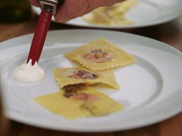 Handgemachte Rote-Beete-Ravioli mit Mohnbutter, Rote-Beete-Schaum und Weissweinschaum - Rezept - Bild Nr. 2