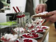 Rosiges Eton-Mess mit Erdbeersorbet - Rezept - Bild Nr. 2