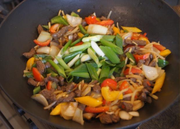 Rindfleisch mit Gemüse und Bandnudeln im Wok - Rezept - Bild Nr. 5240