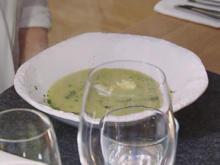 Grüne Spargelcremesuppe mit Spargelspitzen und pochierten Wachteleiern - Rezept - Bild Nr. 2