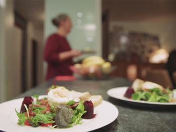 Salat mit warmem Ziegenkäse und Rote-Bete-Rosen - Rezept - Bild Nr. 2