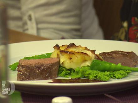 Lammlachse mit Erbsen-Minze-Püree und Kartoffelrosen - Rezept - Bild Nr. 2