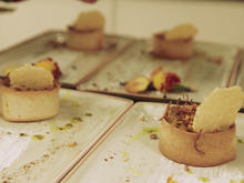 Auberginenpaste mit gezupften Kalbsnacken und Linsen garniert - Rezept - Bild Nr. 2