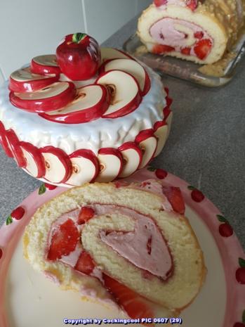 Oma Loffel S Kuchen Biskuitrolle Mit Erdbeer Sahnefullung Sowie