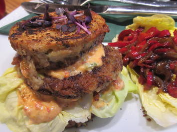 Rezept: Burger: Böhmischer Knödelburger mit lauwarmem Paprika-Zwiebel-Gemüse