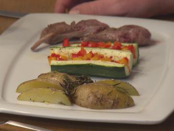 Rezept: Lammkarree auf gefüllter Zucchini mit Paprikavariation und Rosmarinkartoffelecken