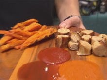 Exotische Currywurst mit Mangosauce und Süßkartoffelpommes (David Friedrich) - Rezept - Bild Nr. 3
