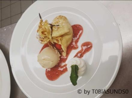 Mit Erdbeeren gefüllter Pfannenkuchen  an Eis von weißer Schokolade mit Sahne - Rezept - Bild Nr. 5586