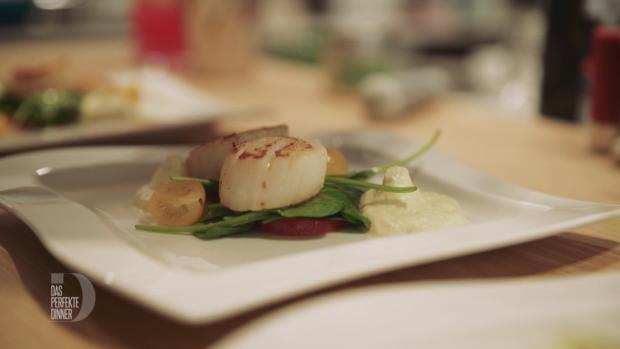 Jakobsmuscheln auf einem Spinat-Tomaten-Salat mit Tonkabohnendressing und Curryschaum - Rezept - Bild Nr. 2