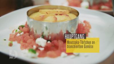 Rezept: Moussaka-Freestyle – Moussaka-Törtchen aus dem Ofen an blanchiertem Gemüse