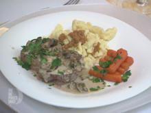 Kalbsmedaillons in einer Rahmsauce mit Pilzen, dazu Spätzle und glasierte Möhrchen - Rezept - Bild Nr. 2
