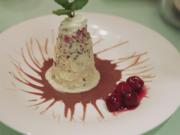 Kirschwasserbömble à la Mary auf einem Schokoladenspiegel mit Kirschkompott und Sahne - Rezept - Bild Nr. 5635