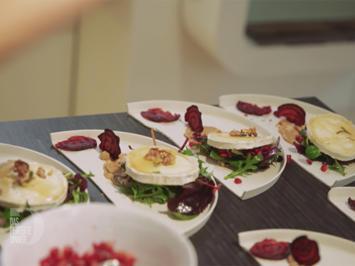Wildkräutersalat mit flambiertem Ziegenkäse und Rote Bete Knuspertaler - Rezept - Bild Nr. 2