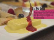 Haselnuss-Vanille-Parfait mit Heidelbeerröllchen und Himbeersoße - Rezept - Bild Nr. 2