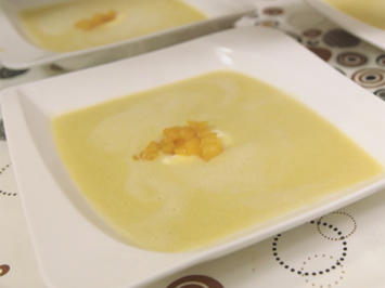 Rezept: Aprikosen-Linsen-Suppe mit Sauerrahm und Papadam-Chips