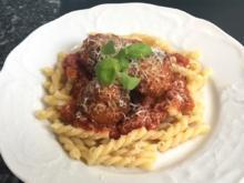 Pasta mit Fleischbällchen in Tomatensauce - Rezept - Bild Nr. 2