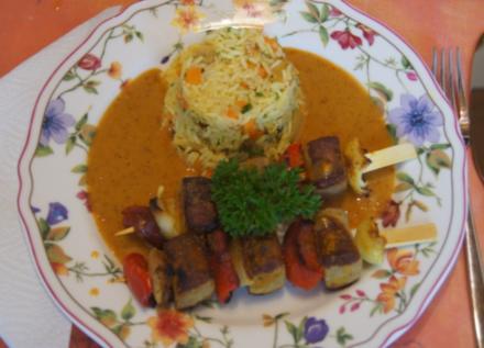 Würstchen-Gemüse-Spieße mit Eier-Gemüse-Bratreis und Erdnusssauce - Rezept - Bild Nr. 5680